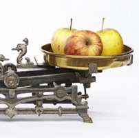 image of apples on a scale to symbolize comparison of approaches to recovery